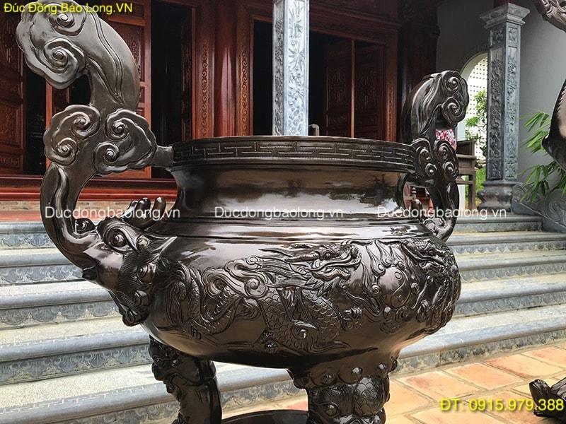 Lư Đồng Thắp Hương đặt ở sân nhà thờ họ