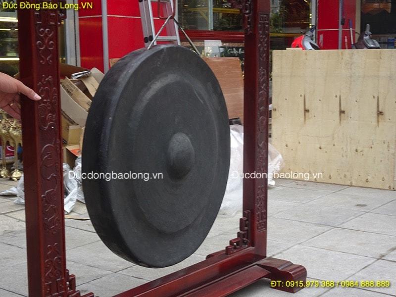 Chiêng Đồng 70cm treo giá gỗ đặt ở đình làng