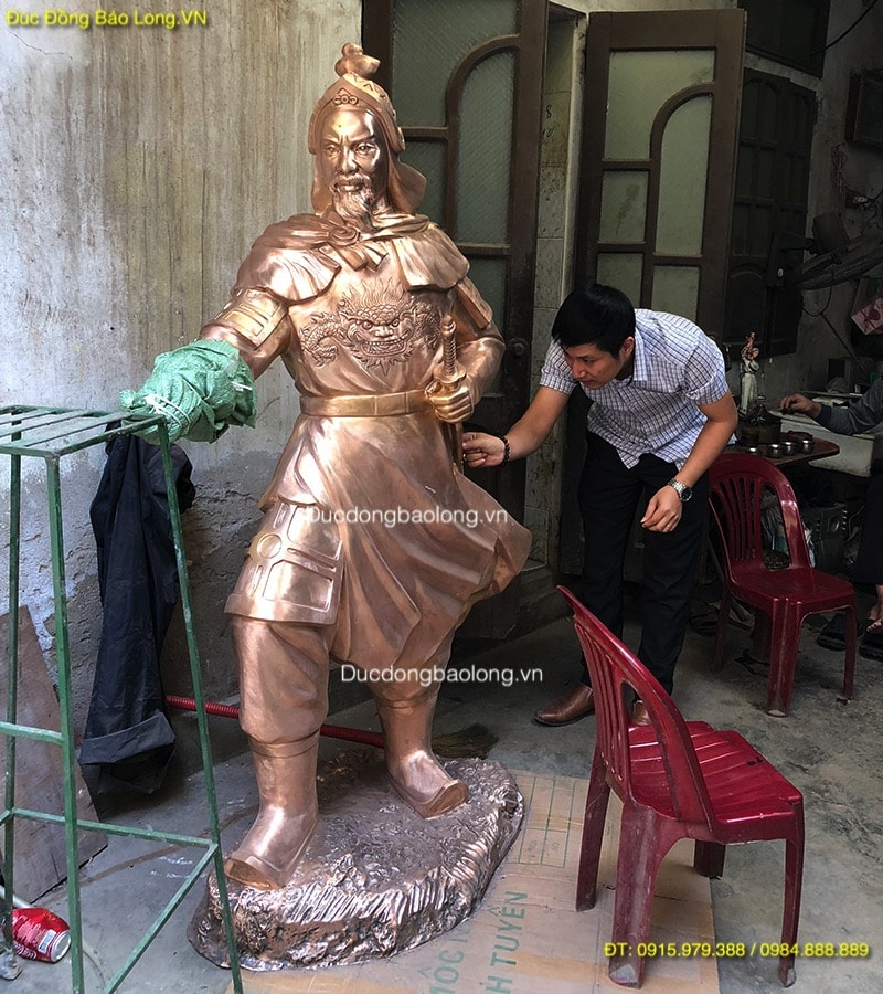 Tượng Trần Hưng Đạo đứng chỉ tay cao 1m8