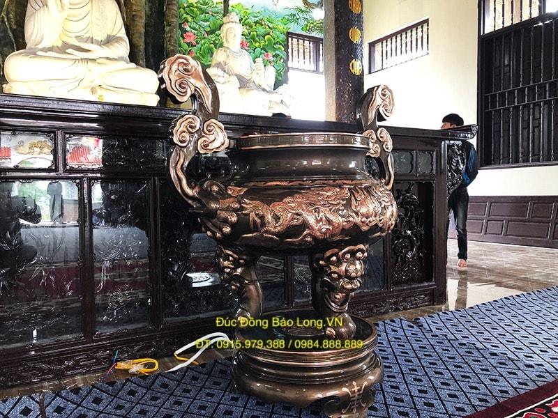 Lư Đồng thắp hương ở Chùa cao 1m35