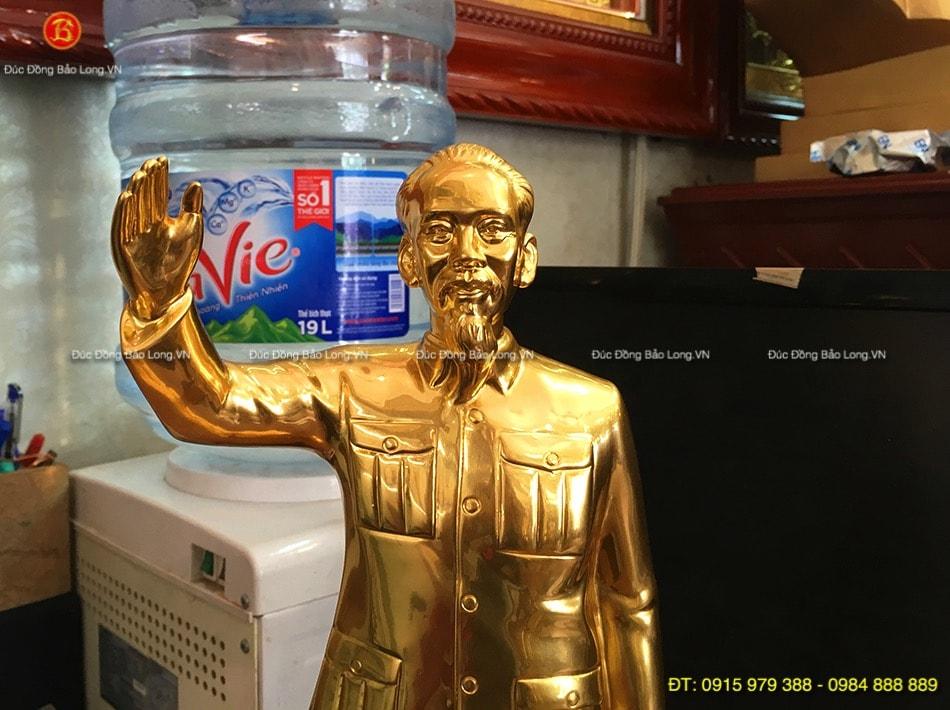 Tượng Bác Hồ vẫy tay dát vàng cao 42cm