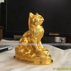 con mèo bằng đồng dát vàng