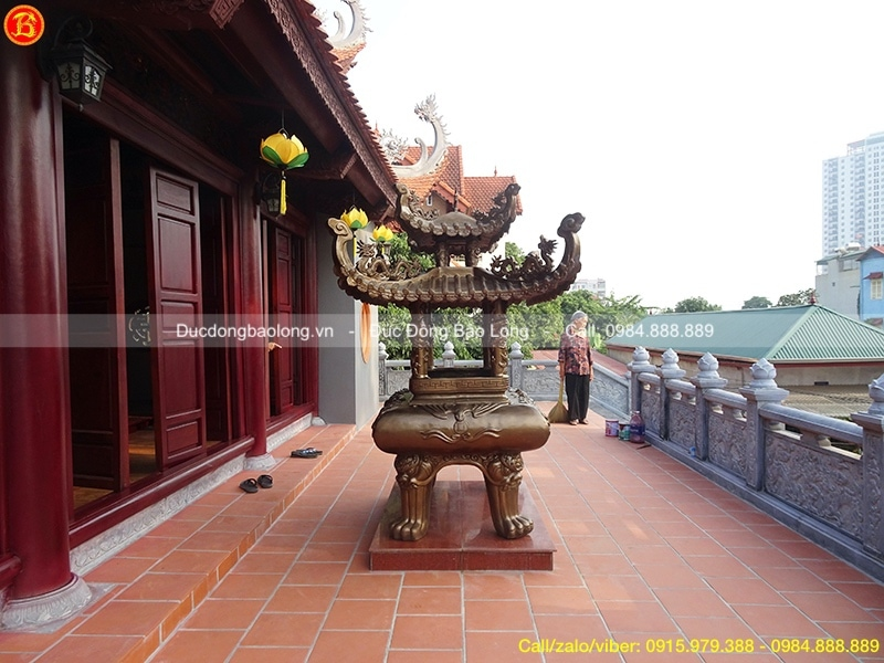 lư đồng thắp hương mái chùa