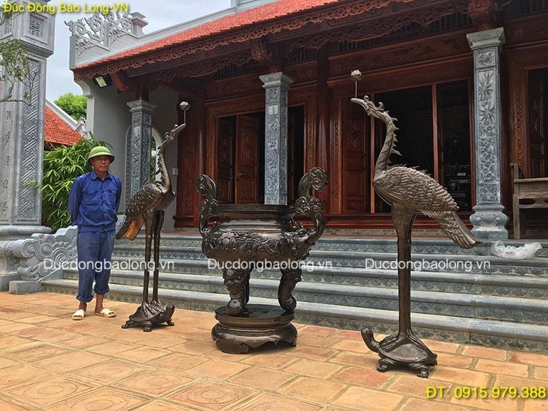 Lư Hương Hạc Đồng đặt ở sân nhà thờ họ