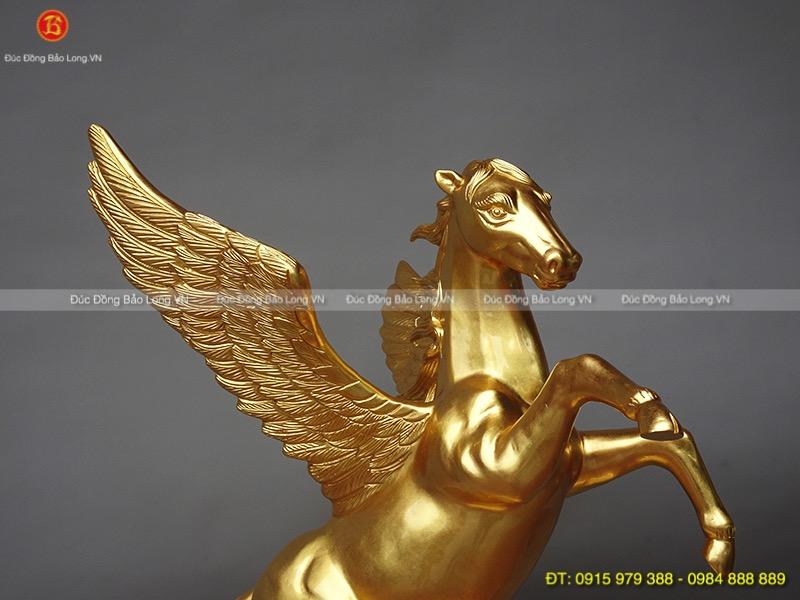 ngựa có cánh dát vàng